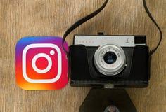 Logotipo de Instagram perto da câmera retro da foto fotografia de stock