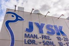 Logotipo de Jysk na parte dianteira da loja em Copenhaga Imagens de Stock