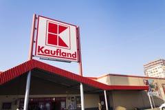Logotipo de Kaufland no hipermercado da corrente alemão, parte de Schwartz Gruppe o 21 de janeiro de 2017 em Praga, república che Fotografia de Stock