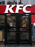 Logotipo de KFC para um restaurante do fast food em Praga fotografia de stock
