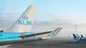 Logotipo de KLM en la cola de un avión en el aeropuerto de Schiphol