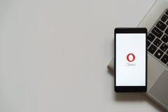 Logotipo de la ópera en la pantalla del smartphone Fotos de archivo libres de regalías