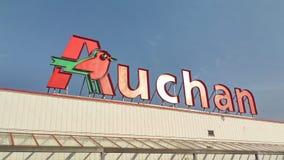 Logotipo de la alameda de compras de Auchan fotografía de archivo libre de regalías