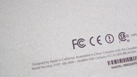 logotipo de la Comisión Federal de las Comunicaciones en parte posterior de la parte posterior del ordenador almacen de metraje de vídeo