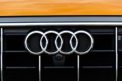 Logotipo de la compañía de Audi en el coche foto de archivo