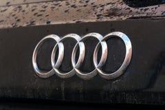 Logotipo de la compañía de Audi en el coche mojado Foto de archivo libre de regalías