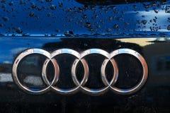 Logotipo de la compañía de Audi en el coche mojado Fotografía de archivo libre de regalías
