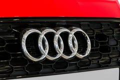 Logotipo de la compañía de Audi en el coche de Audi RS 5 que se coloca en la impulsión del foro de Grupo Volkswagen en Berlín, Al fotos de archivo