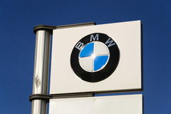 Logotipo de la compañía de automóviles de BMW delante de la representación que construye el 31 de marzo de 2017 en Praga, Repúbli Foto de archivo