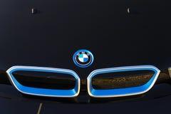Logotipo de la compañía de automóviles de BMW i3 delante de la representación que construye el 31 de marzo de 2017 en Praga, Repú Imagen de archivo libre de regalías