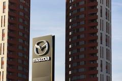 Logotipo de la compañía de automóviles de Mazda delante de la representación que construye el 31 de marzo de 2017 en Praga, Repúb Imagen de archivo