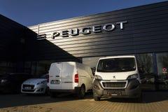 Logotipo de la compañía de automóviles de Peugeot delante de la representación que construye el 31 de marzo de 2017 en Praga, Rep Fotografía de archivo