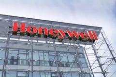 Logotipo de la compañía de Honeywell en la construcción de las jefaturas imágenes de archivo libres de regalías