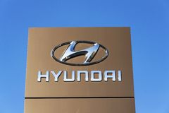 Logotipo de la compañía de Hyundai delante del edificio de la representación Fotografía de archivo libre de regalías