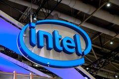 Logotipo de la compañía de Intel en la exposición el CeBIT justo 2017 en Hannover Messe, Alemania foto de archivo libre de regalías