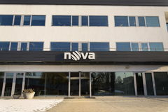 Logotipo de la compañía de la televisión CME de Nova en las jefaturas que construyen el 18 de enero de 2017 en Praga, República C Foto de archivo