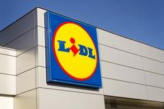 Logotipo de la compañía de LIDL delante del supermercado de la cadena alemana, parte de Schwartz Gruppe en Praga, republi checo Fotografía de archivo libre de regalías