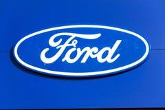 Logotipo de la compañía del Ford Motor en el edificio de la representación imágenes de archivo libres de regalías