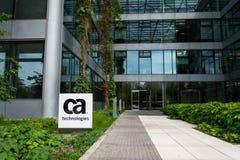 Logotipo de la compañía de las tecnologías de CA en la construcción de las jefaturas imagen de archivo