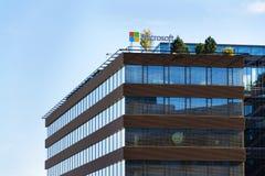 Logotipo de la compañía de Microsoft en la construcción de las jefaturas Foto de archivo libre de regalías