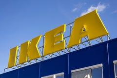 Logotipo de la compañía mueblera de IKEA en exterior constructivo el 25 de febrero de 2017 en Praga, República Checa Imágenes de archivo libres de regalías