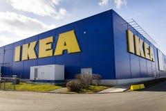 Logotipo de la compañía mueblera de IKEA en exterior constructivo el 25 de febrero de 2017 en Praga, República Checa Imagen de archivo libre de regalías