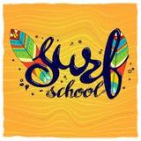 Logotipo de la escuela, emblema o plantilla del diseño de la etiqueta que practica surf con el tablero de resaca Imágenes de archivo libres de regalías
