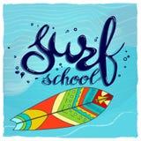 Logotipo de la escuela, emblema o plantilla del diseño de la etiqueta que practica surf con el tablero de resaca Foto de archivo libre de regalías