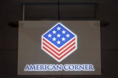 Logotipo de la esquina americana de Belgrado en su biblioteca Las esquinas americanas son bibliotecas de estilo americano localiz fotografía de archivo libre de regalías