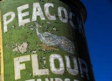 Logotipo de la harina del pavo real en Silo de los molinos de rodillo de Lehi en Utah fotografía de archivo libre de regalías