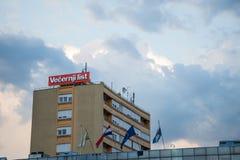 Logotipo de la lista de Vecernji en su oficina local en Vukovar Los liss de Vecernji son el periódico conservador principal en Cr imagenes de archivo