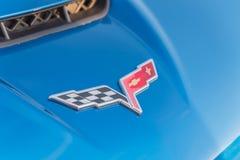 Logotipo de la marca de Corbeta en el convertible azul manufacturado por Chevrole fotos de archivo