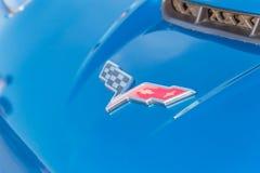 Logotipo de la marca de Corbeta en el convertible azul manufacturado por Chevrole foto de archivo libre de regalías