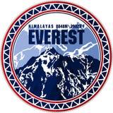 Logotipo de la montaña de Everest del círculo del vector Emblema con el peack más alto en mundo Ejemplo del alpinismo ilustración del vector