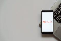 Logotipo de la oficina 365 en la pantalla del smartphone Fotografía de archivo libre de regalías