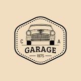 Logotipo de la reparación del coche con el ejemplo retro del automóvil Vector el garaje dibujado mano del vintage, el cartel auto Imagen de archivo