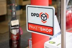 Logotipo de la tienda de DPD Paket en la entrada Fotografía de archivo libre de regalías