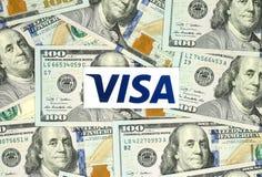 Logotipo de la visa impreso en el papel y puesto en fondo del dinero imagenes de archivo