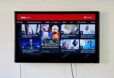 Logotipo de las noticias de la BBC y app en LG TV fotografía de archivo libre de regalías