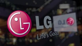 Logotipo de LG Corporation sobre el vidrio contra centro de negocios borroso Representación editorial 3D