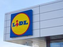 Logotipo de Lidl contra o c?u azul em um supermercado imagem de stock royalty free