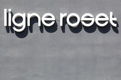 Logotipo de Ligne Roset en una pared Fotos de archivo