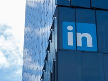 Logotipo de LinkedIn na torre em San Francisco imagens de stock royalty free
