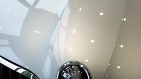 Logotipo de los coches de Skoda en el nuevo coche almacen de metraje de vídeo