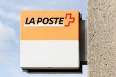 Logotipo de los posts del La en una pared en Suiza fotos de archivo