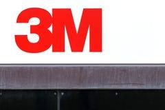 logotipo de 3M em uma parede Imagens de Stock Royalty Free