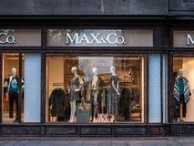 Logotipo de Max&Co en su mainstore para Belgrado Máximo y Co es un minorista de la moda de Italia imagenes de archivo