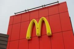 Logotipo de McDonald do close-up e construção exterior dentro BC fotografia de stock