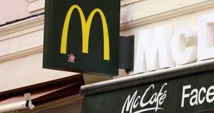 Logotipo de McDonald em França vídeos de arquivo
