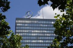Logotipo de Mercedes Benz en el tejado de un alto edificio de la subida Fotografía de archivo libre de regalías